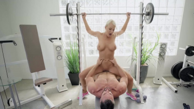 Blonde London River works her muscles and fuckholes at the gym