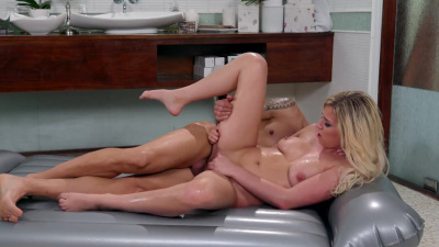 Naked masseuse Sophia Lux enthusiastically rides her client