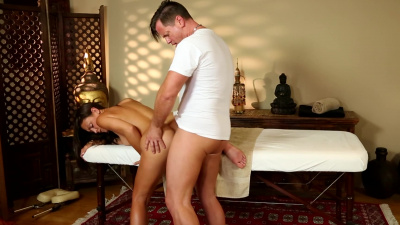 Tanned milf Olivia Wilder gets extra horny during massage