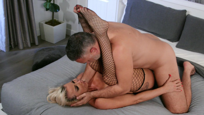 PAWG milf Robbin Banx feeling extra horny with a stranger