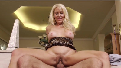 Hot cougar Erica Lauren seduces the producer and rides his big cock