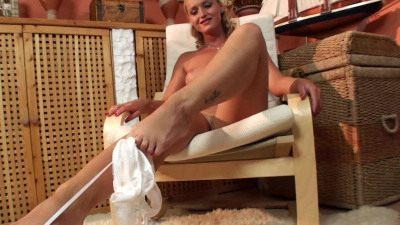 Kathia Nobili foot fetish solo